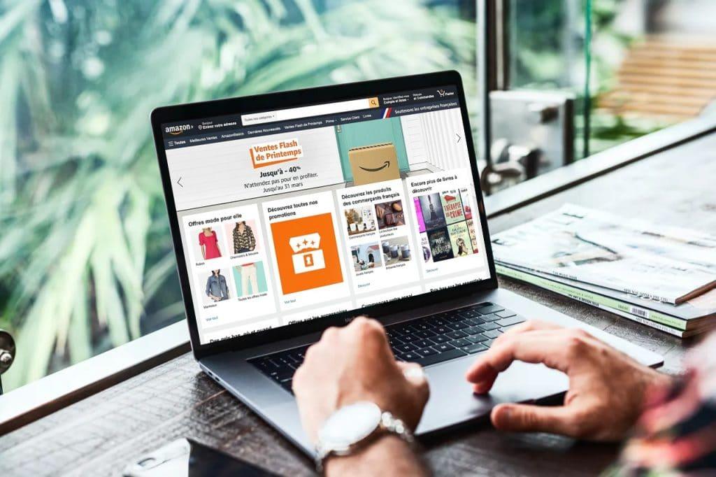 homme faisant des achats sur amazon.com en utilisant un laptop